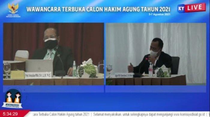 Calon Hakim Agung Kamar Pidana Militer Brigjen TNI Slamet Sarwo Edy (kanan) dan Anggota Komisi Yudisial Amzulian Rifai (kiri) dalam Wawancara Terbuka Calon Hakim Agung Tahun 2021 Hari Ke-4 yang disiarkan di kanal Youtube Komisi Yudisial pada Jumat (6/8/2021).