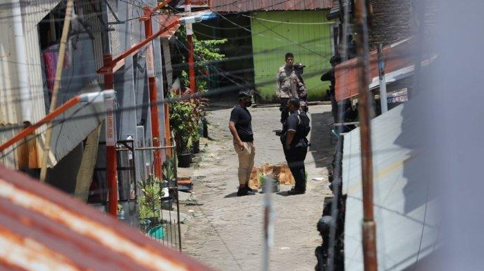 Aparat Brimob mengambil barang bukti saat melakukan penggeledahan rumah Lukman tersangka bom bunuh diri Gereja Katedral di Jl Tinumbu 1 lrg 132, Makassar, Senin (29/3/2021).