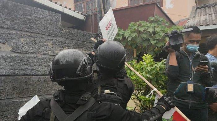 Personel menurunkan sejumlah atribut berlogo dan bertuliskan Front Pembela Islam di kawasan Petamburan, Jakarta Pusat, Rabu (30/12/2020) sore. Pemerintah sebelumnya melarang organisasi FPI dan seluruh kegiatannya. Pemasangan atribut berlogo FPI juga resmi dilarang.