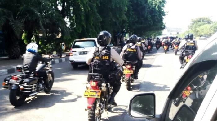 Mobil Ahok Dibuntuti Puluhan Brimob Bersenjata Laras Panjang