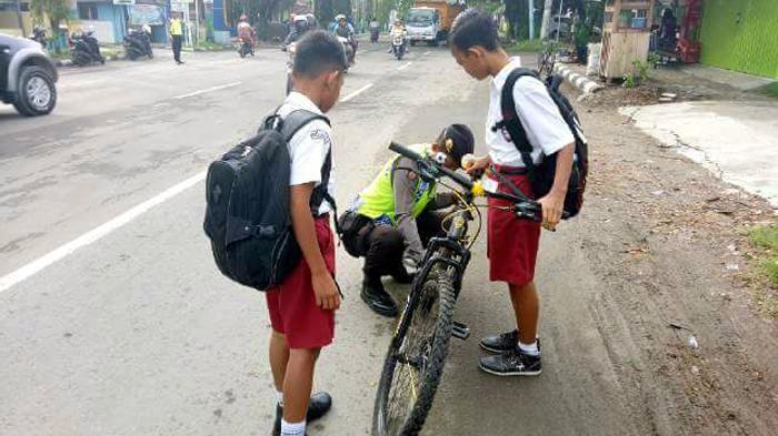 Saat Bripda Faridun Niam Bantu Membetulkan Rantai Sepeda Bocah SD