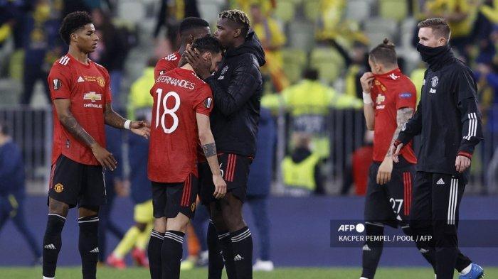 Gelandang Portugal Manchester United Bruno Fernandes (kanan ke-2) dihibur oleh gelandang Prancis Manchester United Paul Pogba (dari kanan ke-3) setelah kekalahan mereka selama pertandingan sepak bola final Liga Eropa UEFA antara Villarreal CF dan Manchester United di Stadion Gdansk di Gdansk pada 26 Mei, 2021.