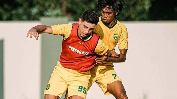 Bruno Moreira (depan) saat ikuti latihan tim pada Jumat (25/6/2021).