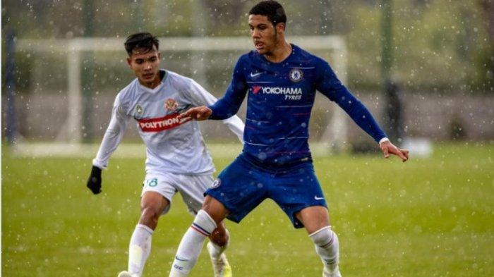 Aksi pemain tengah Garuda Select, Brylian Aldama saat berduel dengan pemain Chelsea di Inggris.