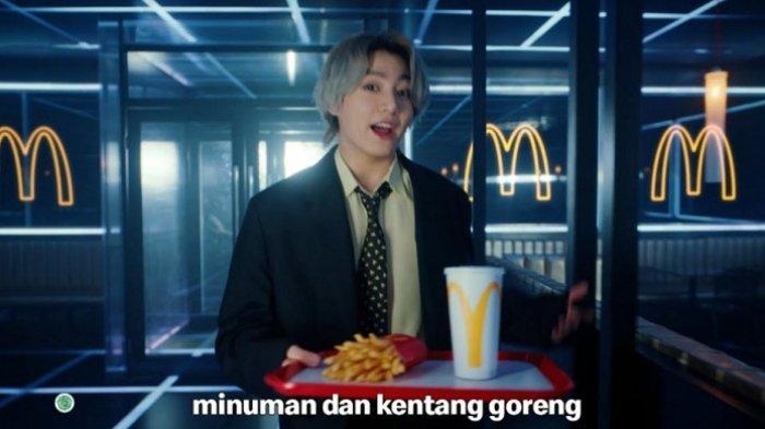 Cuplikan Jungkook saat membawa BTS Meal. (McDonalds)