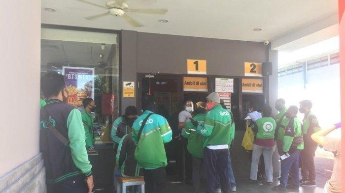 Suasana pengemudi ojek online ketika mengantri di McDonald's pada, Rabu (9 Juni 2021)