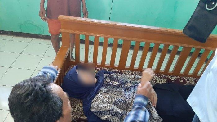 Ety Maryati (57), guru SDN 3 Sukahurip, Pamarican, Ciamis meninggal secara mendadak di ruang kelas III tempat ia mengajar, Jumat (17/1/2020) sekitar pukul 08.00 WIB.