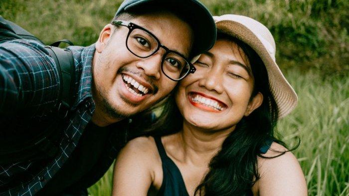 Tanggapan Pakar Hubungan soal Label Bucin pada Orang yang Suka Unggah Foto Pasangan