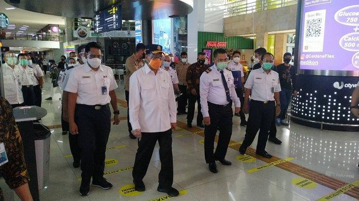 Menteri Perhubungan Budi Karya Sumadi meninjau Stasiun Gambir, Jakarta Pusat terkait kesiapan libur natal dan tahun baru 2021 (Nataru)