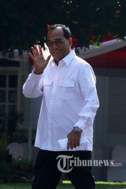Mantan Menhub Budi Karya Sumadi tiba di Kompleks Istana Kepresidenan, Jakarta, Selasa (22/10/2019). Menurut rencana, presiden Joko Widodo akan memperkenalkan jajaran kabinet barunya kepada publik hari ini usai dilantik Minggu (20/10/2019) kemarin untuk masa jabatan periode 2019-2024 bersama Wakil Presiden Ma'ruf Amin. TRIBUNNEWS/IRWAN RISMAWAN
