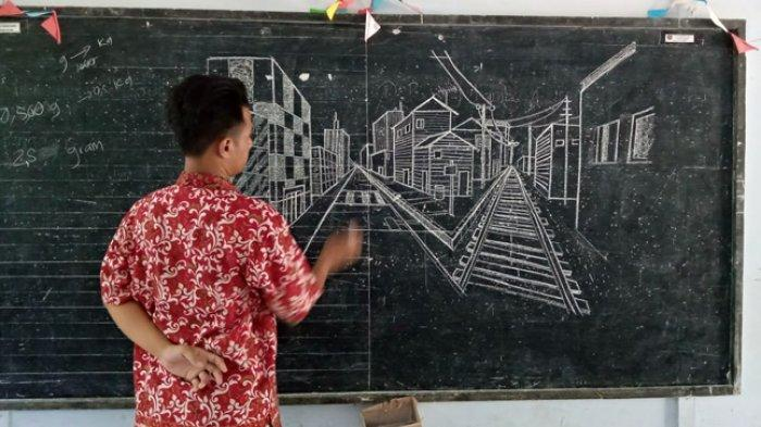 Budi menggambar di depan murid-muridnya.