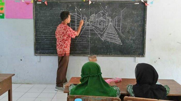Budi menggambar di depan murid-muridnya