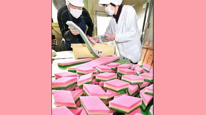 Ogata (kiri) sang pemilik toko sedang membuat Hishimochi.