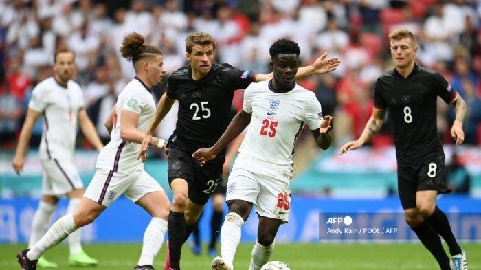 Gelandang Inggris Bukayo Saka (C-R) ditandai oleh pemain depan Jerman Thomas Mueller (C-L) selama pertandingan sepak bola babak 16 besar UEFA EURO 2020 antara Inggris dan Jerman di Stadion Wembley di London pada 29 Juni 2021. Andy Rain / POOL / AFP