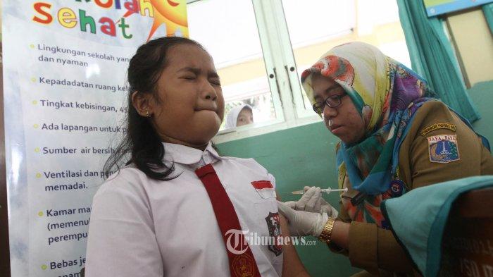 Seorang anak mendapatkan suntikan vaksin Human Pamillomavirus (HPV) saat kegiatan Bulan Imunisasi Anak sekolah (BIAS) di SDN 11 Pagi, Lubang Buaya, Jakarta Timur, Selasa (4/10). Kegiatan ini untuk mewujudkan Indonesia bebas dari kanker serviks. TRIBUNNEWS/HERUDIN