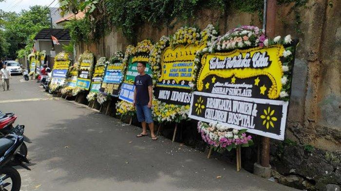 Karangan bunga terlihat di depan rumah duka Ashraff Sinclair di kawasan Pejaten Jakarta Selatan, Selasa (18/2/2020).