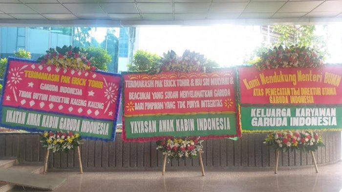 Kantor Badan Usaha Milik Negara (BUMN) Erick Thohir dihiasi sejumlah karangan bunga pada Jumat (6/12/2019) pagi ini. Bunga bunga ini berasal dari karyawan Garuda.
