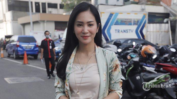Artis Bunga Zainal berpose saat ditemui usai menjadi nara sumber pada salah satu TV swasta di Jakarta, Rabu (26/8/2020). Baru-baru ini Bunga Zainal dibuat geram oleh ulah warganet yang mengomentari foto dirinya mirip artis film panas Korea di Instagram. Istri Sukhdev Singh itu lantas mengunggah capture pesan tak sopan yang membuat emosinya meninggi. TRIBUNNEWS/HERUDIN