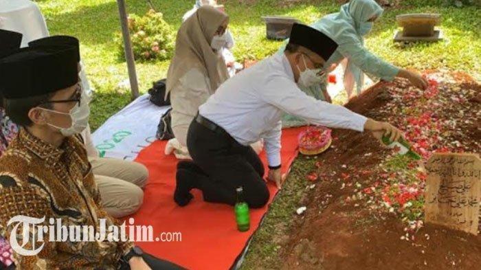Bupati Banyuwangi Azwar Anas Ziarah ke Makam Syekh Ali Jaber: 'Sosok Beliau Masih Sangat Dibutuhkan'