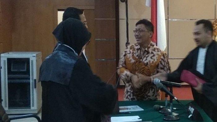 Bupati Cirebon nonaktif, Sunjaya ?Purwadisastra menangis saat menyalami jaksa KPK di PN Tipikor Bandung, Rabu (22/5) usai vonis pidana penjara 5 tahun dibacakan hakim.