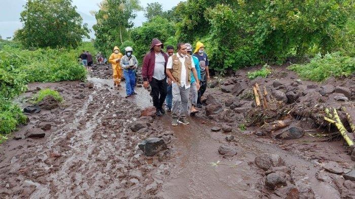 Bupati Flotim di lokasi bencana banjir bandang di Adonara Kabupaten Flores Timur, Senin 5 April 2021.