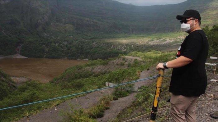 Bupati Kediri Hanindhito Himawan Pramana saat berada di Gunung Kelud Kediri mengobrol dengan stakeholder masyarakat pengelola wisata.