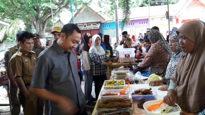 Bupati Lampung Utara (Lampura) Agung Ilmu Mangkunegara berkunjung ke Pasar Bedug, Kotabumi, Senin (6/6/2016)