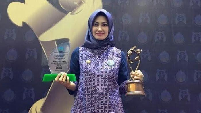 Bupati Luwu Utara, Indah Putri Indriani. Indah Putri Indriani dicopot sebagai Ketua DPC Partai Gerindra Luwu Utara