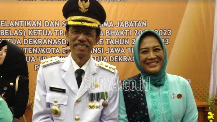 Bupati Magetan Suprawoto bersama istrinya Titik Sudarti saat dilantik di Gedung Grahadi Surabaya, Senin (24/9/2018).
