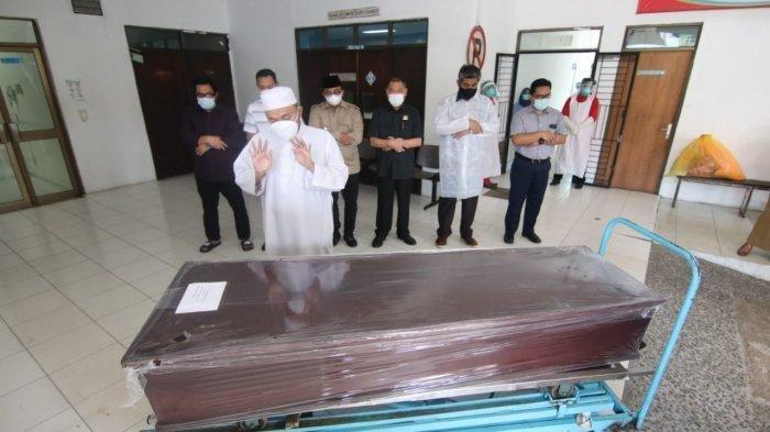 Keluarga melepas kepergian Bupati Paser, H Yusriansyah Syarkawi di Mortuari RS Pertamina Balikpapan.