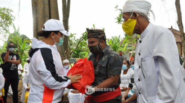 Bupati Eka Menyerahkan Bantuan Korban Terdampak Bencana Alam Tanah Longsor