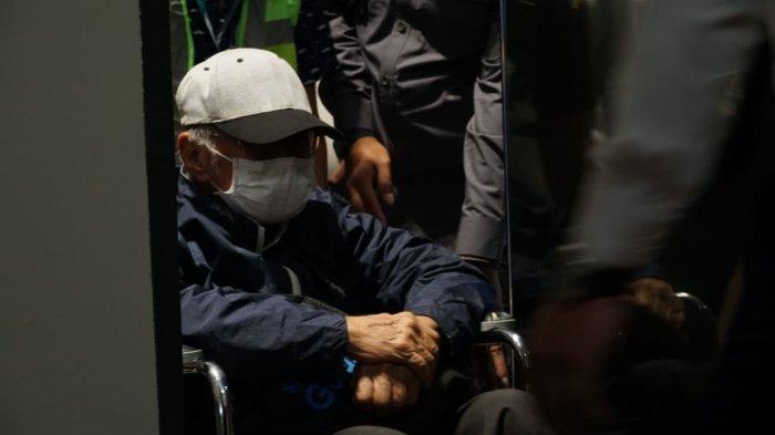 buronan kejaksaan agung bernama hendra subrata tertangkap di singapura berkat kejelian petugas imigrasi kbri singapura dan telah diterbangkan ke indonesia malam ini