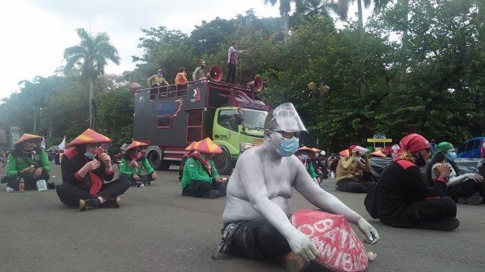 buruh dari oganisasi Federasi Serikat Pekerja Metal Indonesia (FSPMI)-Konfederasi Serikat Pekerja Indonesia (KSPI) berunjuk rasa di kawasan Silang Monas Barat Jalan Merdeka Barat Jakarta Pusat pada Selasa (29/12/2020) siang.