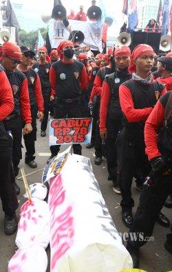 Massa buruh melakukan unjuk rasa di depan Kantor Dinas Tenaga Kerja dan Transmigrasi (Disnakertrans) DKI Jakarta, Rabu (19/10). Mereka menuntut Upah Minimum Provinsi (UMP) DKI Jakarta dinaikkan dari Rp3,1 juta menjadi Rp3,8 juta. Warta Kota/Angga Bhagya Nugraha
