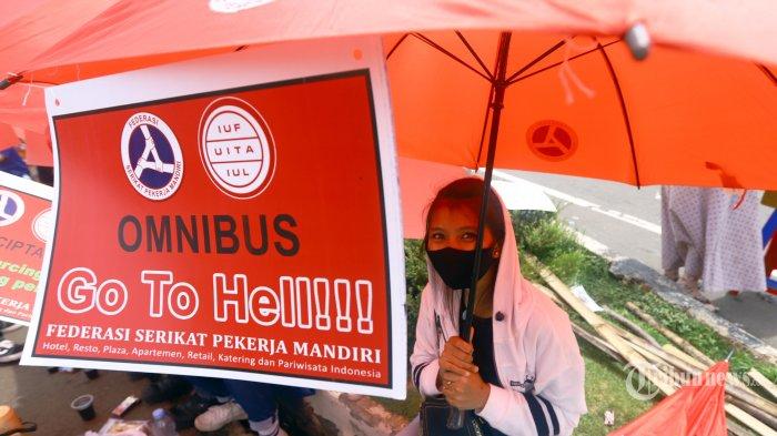 Ribuan Massa buruh yang tergabung dalam Konfederasi Serikat Pekerja Indonesia (KSPI) dan 32 federasi buruh menggelar demonstrasi di sekitar Patung Arjuna Wijaya, Jakarta, Senin (2/11/2020). Demonstrasi yang dilakukan serentak di 24 provinsi itu untuk mendesak pemerintah membatalkan UU Cipta Kerja serta kenaikan upah minimum tahun 2021. TRIBUNNEWS/HERUDIN