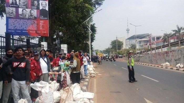 Buruh Mulai Berdatangan di Gedung DPR RI untuk Berunjuk Rasa