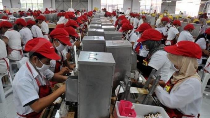 Aktivitas para pekerja di pabrik rokok Sampoerna. Pemerintah bakal memberikan bantuan langsung tunai (BLT) sebesar Rp 600 ribu selama empat bulan bagi karyawan swasta dengan gaji di bawah Rp 5 juta
