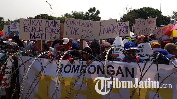 Buruh Rokok Demo di Kantor Gubernur Jatim Tolak Kenaikan Tarif Cukai