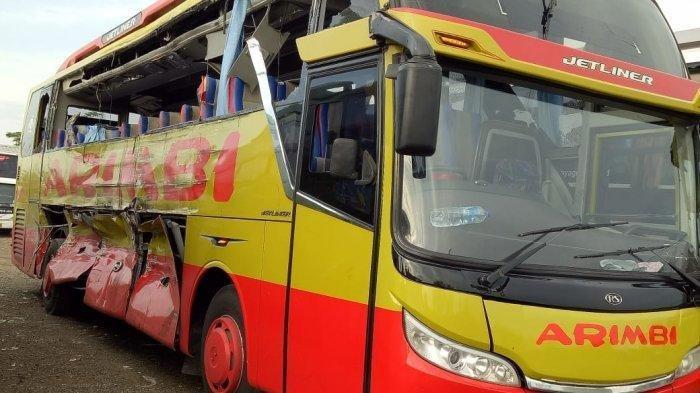 Bus Arimbi yang ditabrak bus Sinar Jaya.