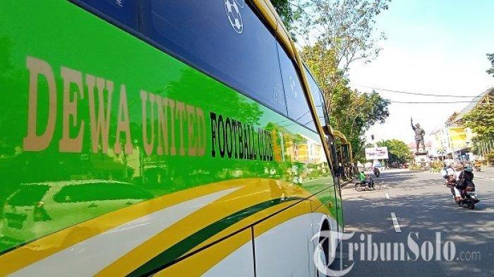 Bus Dewa United terparkir di ruas Jalan Slamet Riyadi, Kota Solo, Selasa (8/6/2021).
