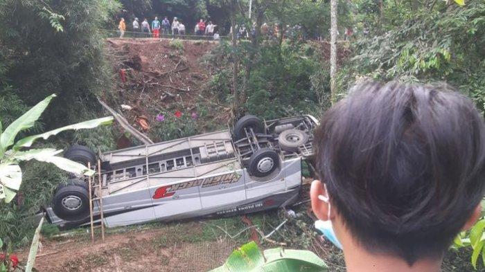 Bus yang terjun ke jurang sedalam lebih kurang 10 meter di Tanjakan Cae, Desa Sukajadi, Kecamatan Wado, Kabupaten Sumedang, Jawa Barat, Kamis (11/3/2021).