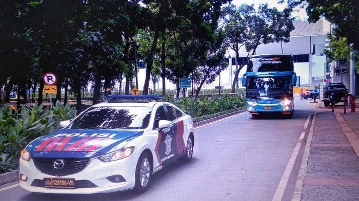Bus pariwisata berwarna biru yang disediakan oleh PT LIB