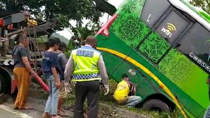 Jalan Licin, Bus Pariwisata 'Nyungsep' di Turunan Nyaris Masuk Jurang, Tertahan Rumpun Bambu