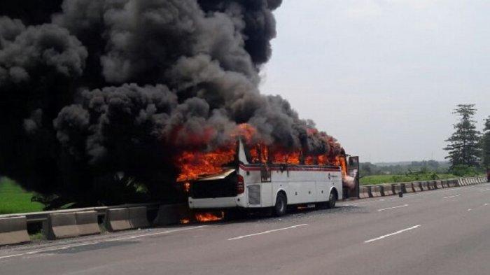 Bus Primajasa Terbakar di KM 42+100 Jalan Tol Cikampek