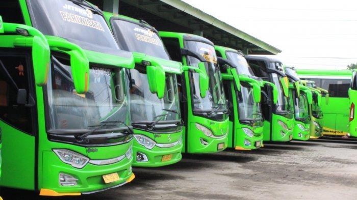 Armada bus PO Puspa Jaya terparkir di garasi di Jl Soekarno-Hatta No.3 Bandar Lampung, Rabu (17/3/2021).