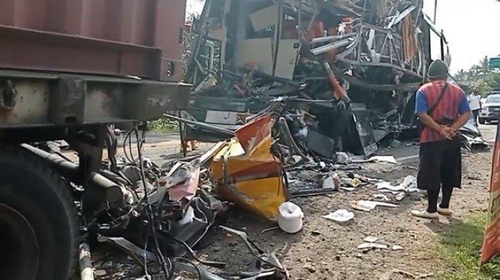 Kondisi Bus Sugeng Rahayu yang terlibat kecelakaan di Jalan Raya Kulonprogo-Purworejo, Jumat (24/9/2021).