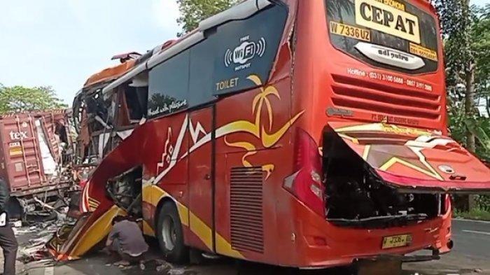 Proses evakuasi kecelakaan bus yang menabrak truk tronton di Jalan Raya Kulonprogo - Purworejo, Jumat (24/9/2021).