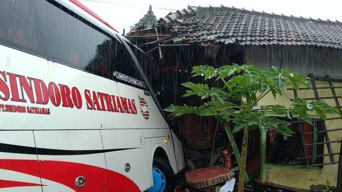 Bus Jurusan Magetan-Jakarta Tabrak Warung, Sopir Tak Sadar Ada Tikungan: Saya Tidak Hafal Jalan