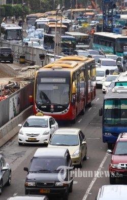 Bus TransJakarta gandeng merk Zhongtong koridor I melintas di Jalan MH Thamrin, Jakarta Pusat, Senin (9/3/2015).  Sebanyak 30 Bus Transjakarta merek Zhongtong dihentikan sementara operasinya hari ini. Hal itu menyusul terjadinya kebakaran pada Bus Transjakarta gandeng di Jalan Gatot Subroto, Minggu 8 Maret 2015. WARTA KOTA/ANGGA BHAGYA NUGRAHA