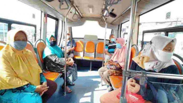 Pemerintah Provinsi DKI Jakarta lewat Dinas Perhubungan menyediakan bus sekolah sebagai fasilitas transportasi para lansia yang ikut program vaksinasi Covid-19, tapi jarak antara tempat tinggal dan lokasi vaksin terlalu jauh.